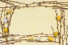 Priorità bassa di Pasqua Confine del ramo del salice e delle uova gialle decorative Copi lo spazio Fotografie Stock