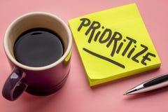 Prioritera rådgivning eller påminnelsen på klibbig anmärkning royaltyfri fotografi