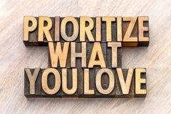 Prioritera vad du älskar ordabstrakt begrepp i wood typ arkivbild