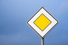 Prioritetsväg, europeiskt trafiktecken mot den klara blåa himlen royaltyfria foton