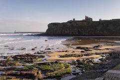 Priory di Tynemouth attraverso la baia del re Edwards immagine stock
