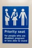 Priorytetu siedzenie dla ludzi kt?re obezw?adniaj?, ci??arny lub mniej sprawnie sta? znaka obraz royalty free