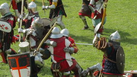 PRIOZERSK,俄罗斯2015年7月05日:在历史中世纪的节日期间的争斗骑士 股票视频
