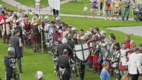PRIOZERSK,俄罗斯2015年7月05日:在历史的中世纪节日期间,骑士为争斗做准备 股票视频
