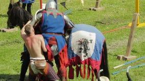 PRIOZERSK,俄罗斯2015年7月05日:在历史的中世纪节日期间,骑士坐横跨他的马 股票视频