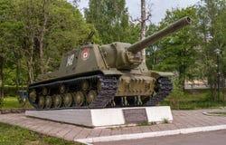 Priozersk,卡累利阿共和国,俄罗斯- 2017年6月12日:对重的自走植物ISU-152的一座纪念碑 免版税库存照片
