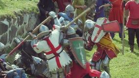 PRIOZERSK, ΡΩΣΙΑ 5 ΙΟΥΛΊΟΥ 2015: Ιππότες μάχης κατά τη διάρκεια του μεσαιωνικού φεστιβάλ ιστορικού απόθεμα βίντεο