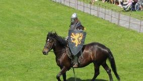 PRIOZERSK, ΡΩΣΙΑ 5 ΙΟΥΛΊΟΥ 2015: Ιππότης στην πλάτη αλόγου κατά τη διάρκεια του ιστορικού μεσαιωνικού φεστιβάλ απόθεμα βίντεο