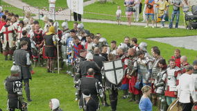 PRIOZERSK, ΡΩΣΙΑ 5 ΙΟΥΛΊΟΥ 2015: Οι ιππότες προετοιμάζονται για τη μάχη κατά τη διάρκεια του ιστορικού μεσαιωνικού φεστιβάλ απόθεμα βίντεο