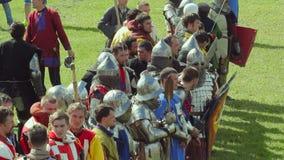 PRIOZERSK, РОССИЯ 5-ОЕ ИЮЛЯ 2015: Рыцари подготавливают для сражения во время исторического средневекового фестиваля видеоматериал