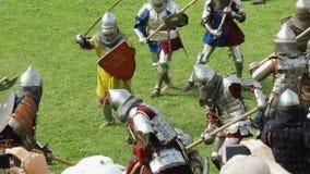 PRIOZERSK, RÚSSIA 5 DE JULHO DE 2015: Cavaleiros da batalha durante o festival medieval histórico filme