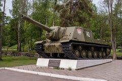 Priozersk republik av Karelia, Ryssland - Juni 12, 2017: en monument till den tunga självgående växten ISU-152 Royaltyfri Fotografi