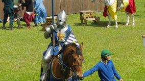 PRIOZERSK, ROSJA LIPIEC 05, 2015: Equestrian ono potyka się podczas historycznego średniowiecznego festiwalu zbiory wideo