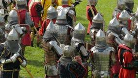 PRIOZERSK, ROSJA LIPIEC 05, 2015: Rycerze przygotowywają dla bitwy podczas historycznego średniowiecznego festiwalu zbiory
