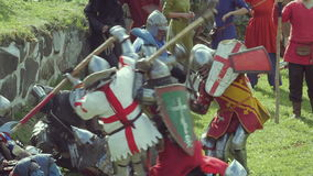 PRIOZERSK, RUSIA 5 DE JULIO DE 2015: Caballeros de la batalla durante el festival medieval histórico almacen de video