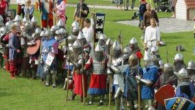 PRIOZERSK, RUSLAND 05 JULI, 2015: De ridders treffen voor slag voorbereidingen tijdens het historische middeleeuwse festival stock footage