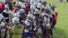 PRIOZERSK, RUSLAND 05 JULI, 2015: De ridders treffen voor voorbereidingen tijdens het historische middeleeuwse festival stock video