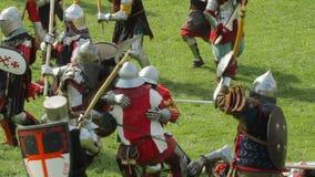 PRIOZERSK, RUSLAND 05 JULI, 2015: Slagridders tijdens middeleeuws historisch festival stock video
