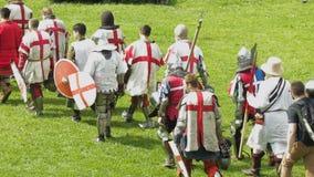 PRIOZERSK, RUSSLAND 5. JULI 2015: Ritter bereiten sich für Kampf während des historischen mittelalterlichen Festivals vor stock video footage
