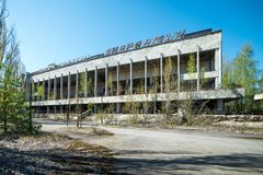 PRIPYAT, UCR?NIA - 21 DE ABRIL DE 2017: Pal?cio da cultura na cidade fantasma abandonada de Pripyat, zona da aliena??o da CN de C foto de stock royalty free