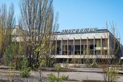 PRIPYAT, UCR?NIA - 21 DE ABRIL DE 2017: Pal?cio da cultura na cidade fantasma abandonada de Pripyat, zona da aliena??o da CN de C imagens de stock