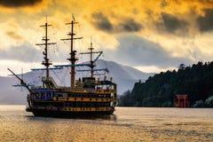 Prirateschip en Hakone-de poort van heiligdomtorii Stock Afbeeldingen