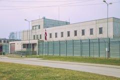 Prisão criminosa, construção branca com grades e cercas do ferro Foto 2019 do curso imagens de stock
