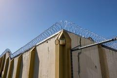 A prisão velha mura o arame farpado Imagem de Stock Royalty Free