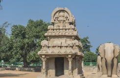 Pris à cinq Rathas chez Mahabalipuram, avec le temple et l'éléphant photos libres de droits
