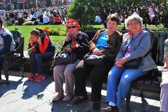 Pris le 9 mai 2008 à St Petersburg, Russie les jeunes d'une cinquantaine d'années et célèbrent le jour de victoire Images stock
