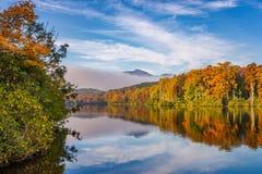 Pris sjö, scenisk höst Fotografering för Bildbyråer