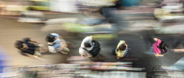 Prisa de la gente a lo largo de la acera Imagen de archivo libre de regalías