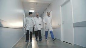 Prisa del equipo de la emergencia del hospital hasta un paciente en hospital 4K metrajes