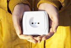 Prise électrique dans des mains Photos libres de droits