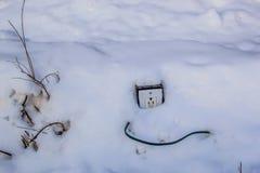 Prise électrique dans la neige Images libres de droits