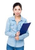 Prise asiatique de femme avec le presse-papiers Images stock