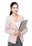 Prise asiatique de femme d'affaires avec l'ordinateur portable images libres de droits