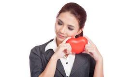 Prise asiatique de femme d'affaires un coeur manquant doucement quelqu'un Photos libres de droits