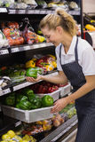 Prise blonde de sourire de travailleur légumes Images libres de droits