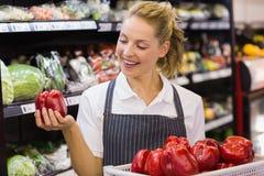 Prise blonde de sourire de travailleur légumes images stock