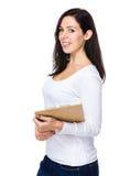 Prise caucasienne de femme avec le presse-papiers Photo stock