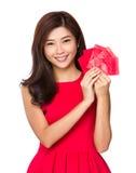 Prise chinoise de femme avec la poche rouge photos stock