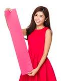 Prise chinoise de femme avec le rectangle du papier blanc Images stock