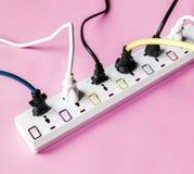 Prise d'alimentation d'énergie d'électricités de Fulled sur le fond rose photos libres de droits