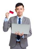 Prise d'homme d'affaires avec l'ordinateur portable et la carte de crédit Photos libres de droits