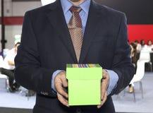 Prise d'homme d'affaires sur la boîte Image stock