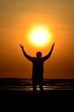 Prise d'homme de silhouette le soleil Image stock