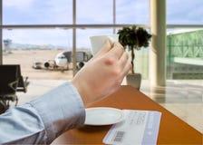 Prise d'un café à l'aéroport Image libre de droits