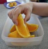Prise d'un morceau d'orange. Images libres de droits
