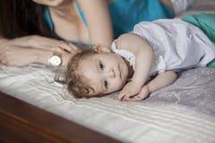 Prise d'un petit somme avec la maman Image libre de droits